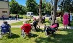 Plungės parapijos jaunimo grupelė aplankė Plungės parapijos senelių namus